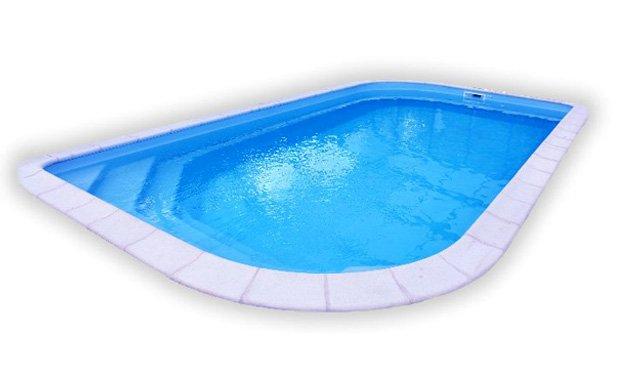 une piscine rectangulaire aux coins arrondis